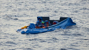 Un bateau pneumatique utilisé par des migrants tentant de traverser la mer Méditerranée.
