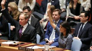 La embajadora de Estados Unidos en Naciones Unidas Nikki Haley vota a favor de imponer nuevas sanciones contra Corea del Norte este 22 de diciembre de 2017.
