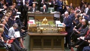 رئيسة وزراء بريطانيا تيريزا ماي تستمع إلى زعيم المعارضة جيريمي كوربين في مجلس العموم، 25 مارس/آذار 2019