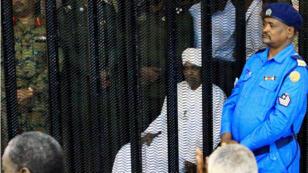El ex presidente de Sudán, Omar al-Bashir, está custodiado dentro de una jaula en el tribunal donde enfrenta cargos de corrupción, en Jartum, Sudán, el 19 de agosto de 2019.