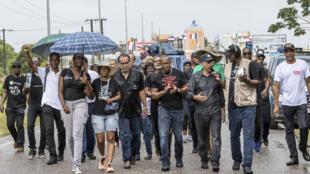 Les manifestants quittent Centre spatial guyanais, à Kourou, le 5 avril après leur nuit d'occupation.