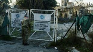 جندي أممي يفتح بوابة ليدخل المنطقة العازلة بين شطري العاصمة القبرصية نيقوسيا، في 4 كانون الثاني/يناير 2017
