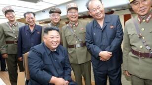 رئيس كوريا الشمالية كيم جونع أون خلال تجربة صاروخية جديدة. 10 آب/أغسطس 2019.
