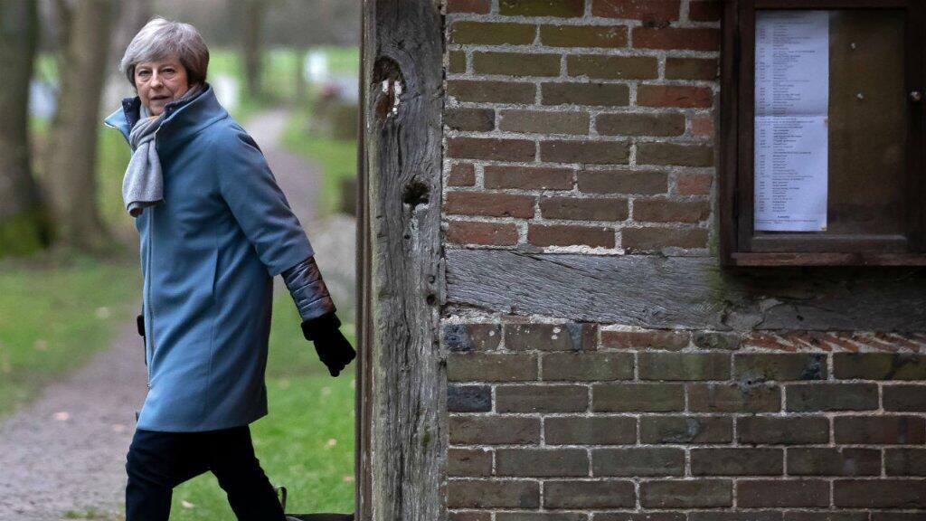 La Primera ministra británica, Theresa May, sale de una iglesia en la circunscripción de Maidenhead, al oeste de Londres, el 13 de enero 2019.