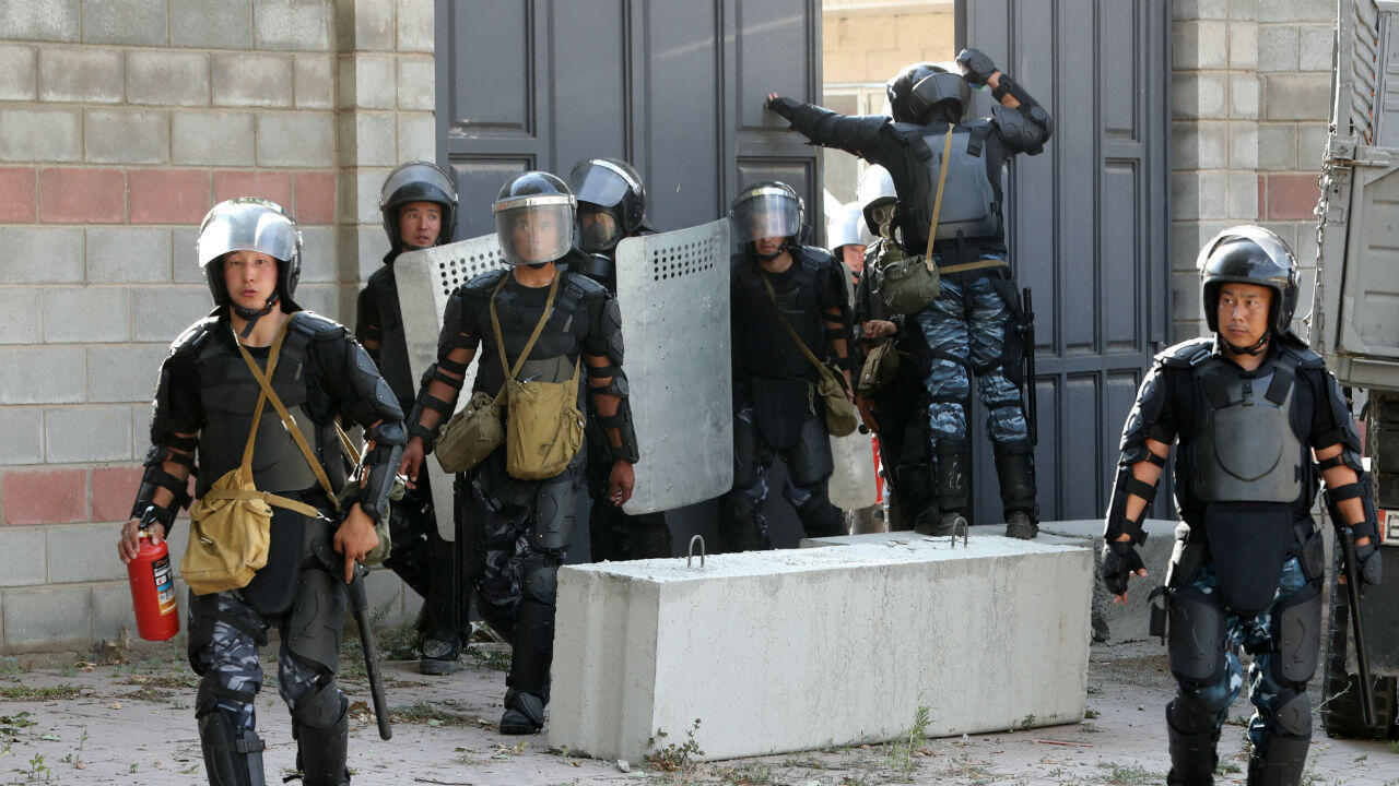 قوات أمنية في قرغيزستان خلال عملية توقيف الرئيس السابق ألمازبيك أتامباييف في بشكيك. 8 أغسطس/آب 2019.