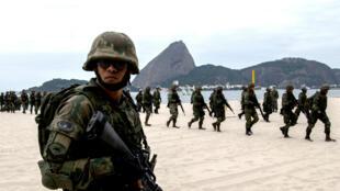 Des militaires brésiliens patrouillent près du site carioca où auront lieu les épreuves de voile.