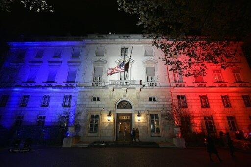 السفارة الاميركية في باريس مضاءة بالوان العلم الفرنسي غداة الاعتداءات في 13 تشرين الثاني/نوفمبر 2015