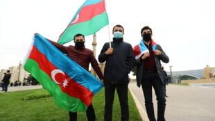 Des habitants de Bakou célèbrent l'entrée de l'armée azerbaïdjanaise dans la région d'Aghdam, dans le Haut-Karabakh, le 20 novembre 2020