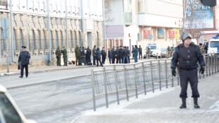 Los miembros del Ministerio de Emergencias, los agentes de la ley y los investigadores trabajan en el lugar de una explosión en una oficina del Servicio de Seguridad Federal de Rusia (FSB) en la ciudad de Arkhangelsk, Rusia, 31 de octubre de 2018.