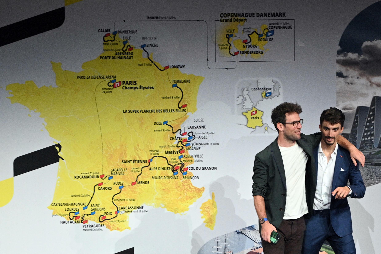 Los ciclistas Mark Cavendish (izq) y Julian Alaphilippe, durante la presentación oficial del Tour de Francia 2022, el 14 de octubre de 2021 en París