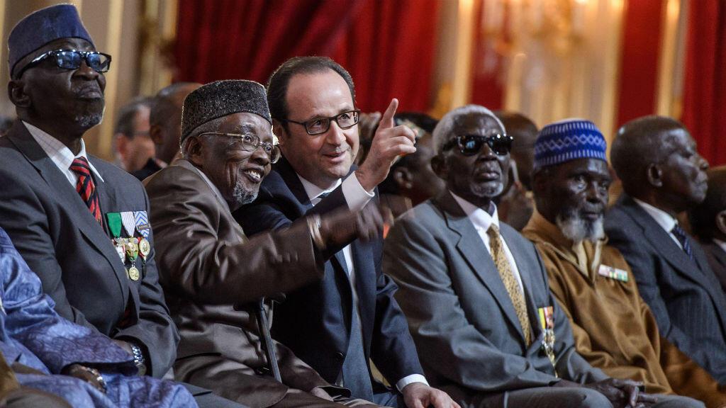 François Hollande et des anciens tirailleurs sénégalais, samedi, lors d'une cérémonie à l'Élysée.