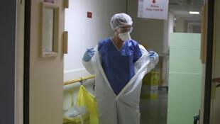 ممرضة بمستشفى في مدينة أجاكسيو، جزيرة كورسيكا، في 23 أبريل/نيسان 2020.