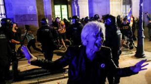 Una mujer grita mientras los manifestantes confrontan a la policía frente al Parlamento catalán al final de una manifestación en el primer aniversario del referendo de Cataluña del 1 de octubre de 2017 en Barcelona , España, el 1 de octubre de 2018.