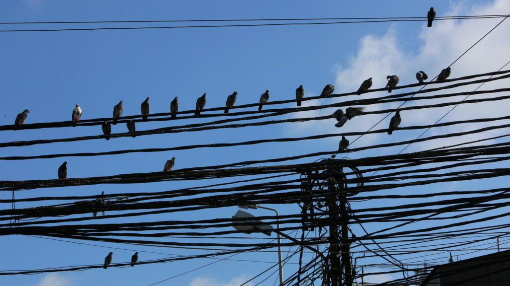 لبنان: إعادة تشغيل شبكة الكهرباء بشكل جزئي بعد انقطاعها بشكل كامل thumbnail