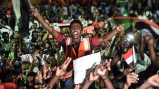 Des manifestants soudanais rassemblés devant le siège de l'armée à Khartoum, la capitale soudanaise, le 19 mai 2019.