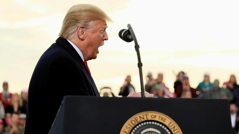 El presidente de Estados Unidos, Donald Trump, se reúne con simpatizantes en un hangar del Aeropuerto Internacional de Missoula en Missoula, Montana, Estados Unidos, el 18 de octubre de 2018.