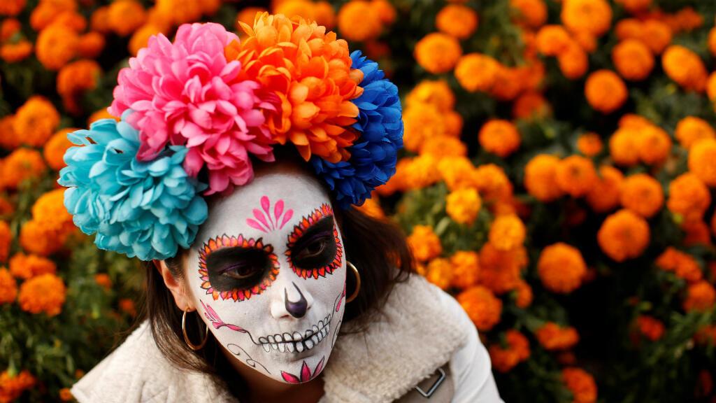 """Una mujer vestida como """"catrina"""", un personaje mexicano también conocido como """"La elegante muerte"""", es fotografiada el 22 de octubre de 2017 durante el previo al desfile de día de muertos."""