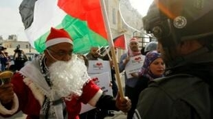 متظاهر فلسطيني أمام قوات الأمن الإسرائيلية في بيت لحم في 23 ديسمبر 2017