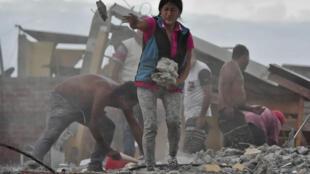 تواصل فرق الإنقاذ جهودها أملا في العثور على ناجين