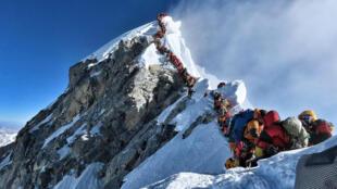 Una foto tomada por el alpinista Nirmal Purja, de la expedición Project Possible, muestra el intenso tráfico de expedicionarios en el monte Everest, el 22 de mayo de 2019.