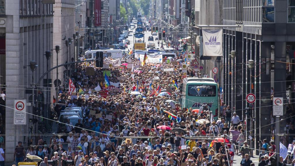 """Covid-19 : à Berlin, des milliers de manifestants """"anticorona"""" font entendre leur voix"""
