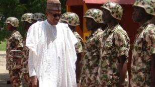 El presidente nigeriano, Muhammadu Buhari, revisa sus tropas en Maiduguri, en octubre de 2017.