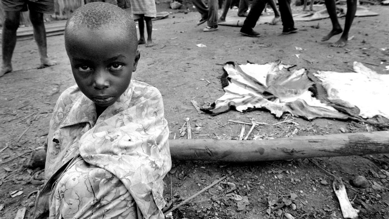 Archivo: Una niña que huye de Kigali, la capital ruandesa devastada por la guerra, el 27 de mayo de 1994.