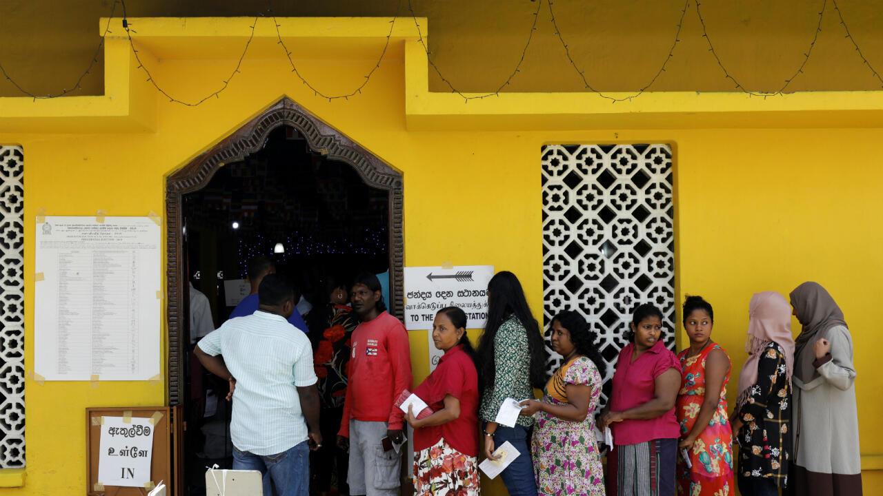 Un grupo de personas hace fila para votar durante las elecciones presidenciales en Colombo, Sri Lanka, el 16 de noviembre de 2019.