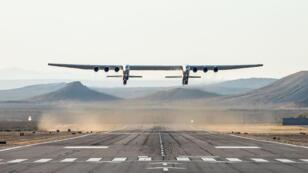 """الطائرة روك أثناء إقلاعها من مطار """"سباسيوبورت"""" في صحراء موهافي في كاليفورنيا للتحليق للمرة الأولى 13 أبريل/نيسان 2019"""