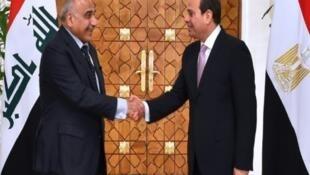 السيسي يصافح رئيس الوزراء العراقي في القاهرة، 23 مارس آذار 2019