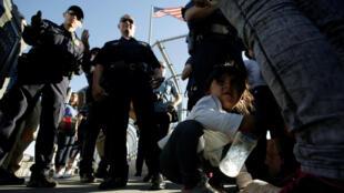 Familias de migrantes mexicanos que huyen de la violencia, escuchan a oficiales de Aduanas y Protección Fronteriza de EE. UU., el 20 de Junio de 2018.