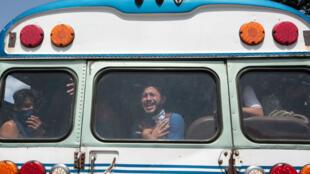 Tres estudiantes a su llegada a la Catedral Metropolitana, tras ser liberados luego de 15 horas de asedio armado en la casa cural de una parroquia en Managua, Nicaragua, el 14 de julio de 2018.