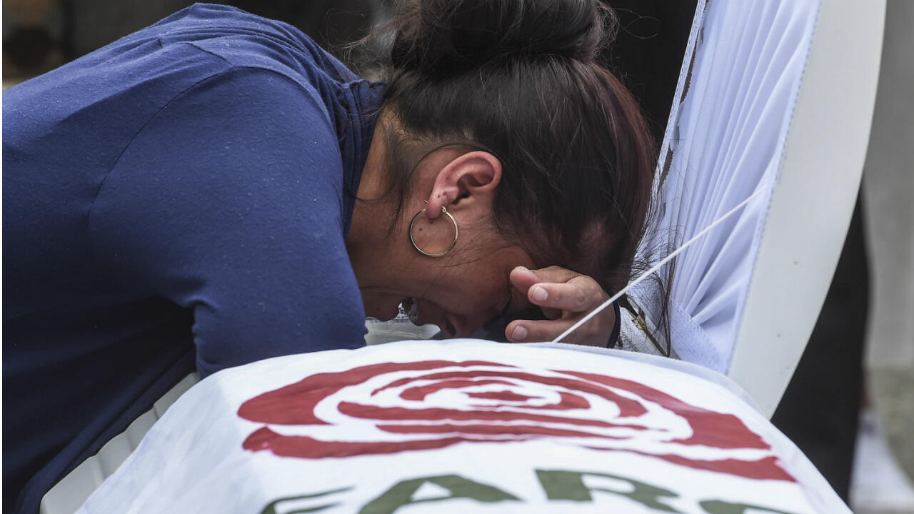 Une proche d'un ancien guérillero farc assassiné en octobre 2019 pleure sur son cercueil.