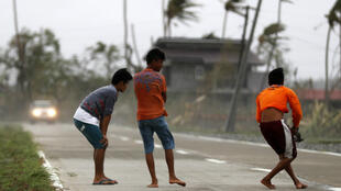 Equipos de rescate buscan personas atrapadas tras un deslizamiento de tierra causado por el tifón Mangkhut en un campamento minero en Itogon, Filipinas, el 17 de septiembre de 2018.