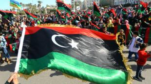 Dans la capitale Tripoli, des habitants célèbrent dans les rues le sixième anniversaire de la révolte populaire.