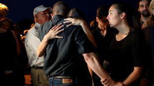 Los empleados de Capital Gazette se abrazan después de una vigilia a la luz de las velas en el centro de Annapolis para honrar a las cinco personas que fueron asesinadas en el periódico Capital Gazette el día anterior en Annapolis, Maryland, EE. UU. 29 de junio de 2018
