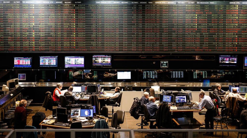 Vista general de la Bolsa de Buenos Aires este lunes 12 de agosto, en Buenos Aires (Argentina). La Bolsa se desplomó un 37,93 % tras la derrota de Macri.