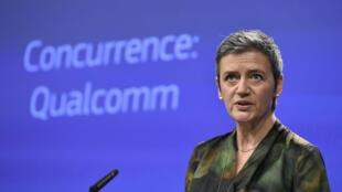 La commissaire européenne à la concurrence, Margrethe Vestager, annonce une amende de 997 millions d'euros infligée à Qualcomm, à Bruxelles, le 24 janvier 2018.