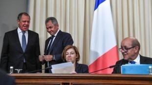 De gauche à droite, les ministres russes Sergueï Lavrov et Sergueï Shoigu derrière les ministres français Florence Parly et Jean-Yves LeDrian, lundi9septembre2019 à Moscou.