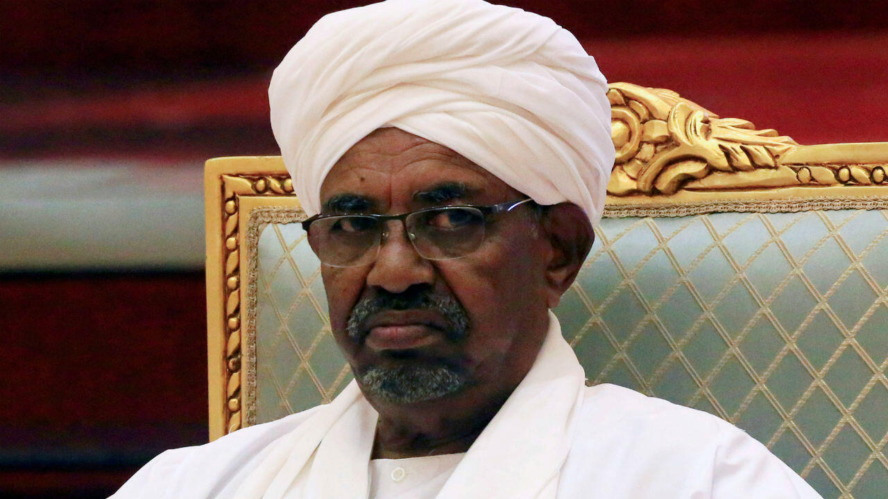 Omar Al-Bashir durante una reunión del Comité Presidencial en Sudán el 5 de abril de 2019.
