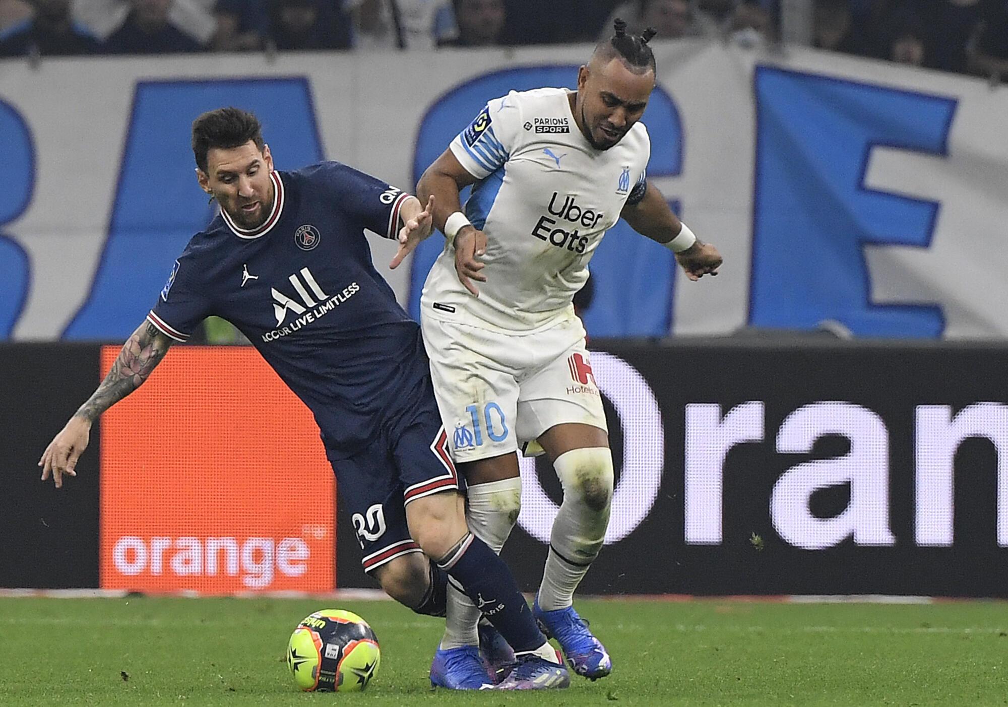 Lionel Messi au duel avec Dimitri Payet lors du classique OM-PSG disputé au stade Vélodrome, le 24 octobre 2021