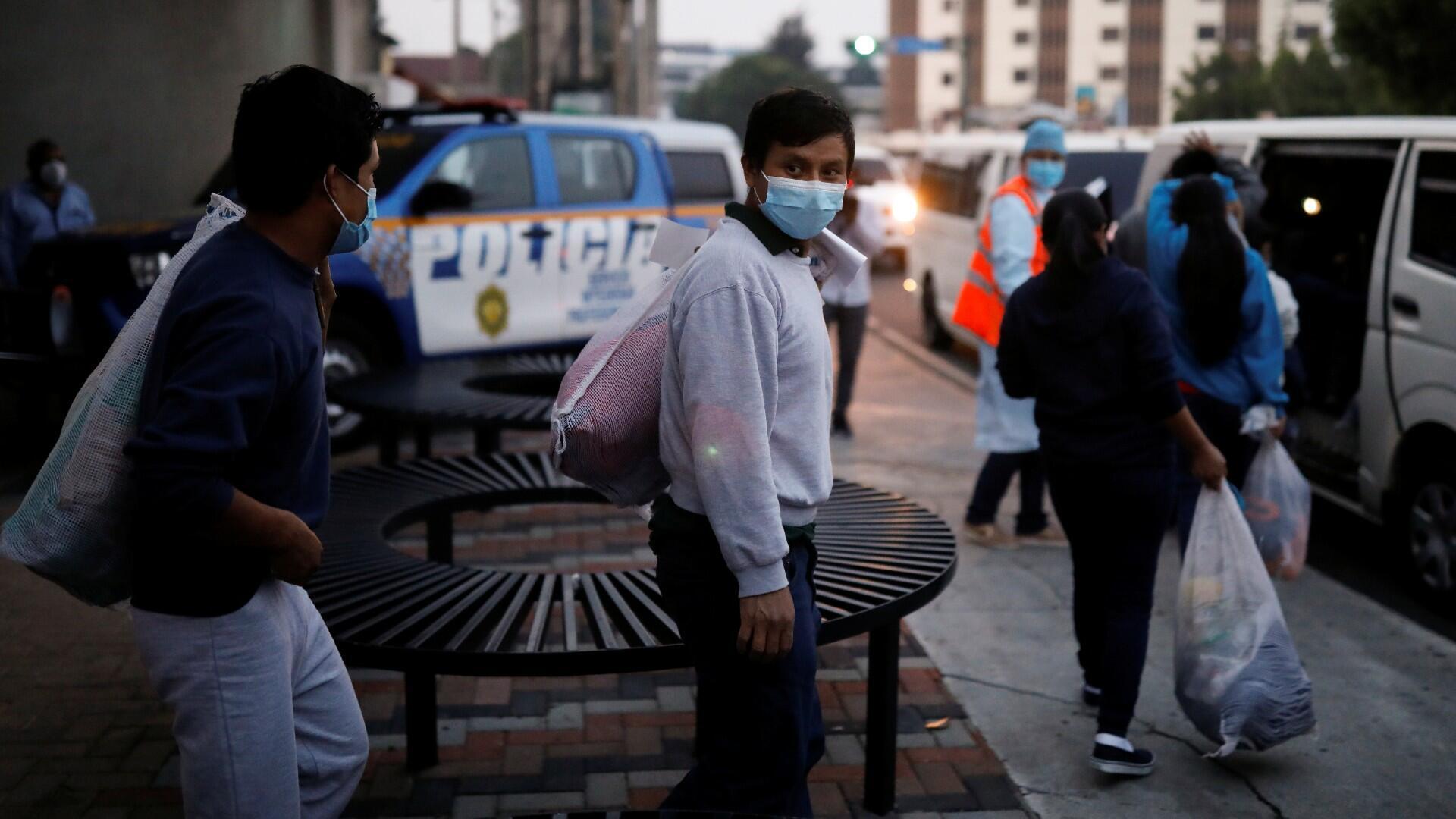 Migrantes omaleanos son acompañados por funcionarios del gobierno guatemalteco después de ser deportados de los EE. UU. fuera de la base de la Fuerza Aérea de Guatemala en la Ciudad de Guatemala en la Ciudad de Guatemala, Guatemala, 30 de abril de 2020.