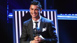 El delantero del Real Madrid Cristiano Ronaldo sonríe luego de recibir este lunes 23 de octubre de 2017, por segundo año consecutivo, el premio 'The Best' de la FIFA que designa al mejor jugador del mundo durante la última temporada.