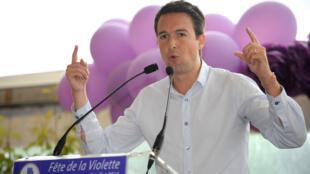 """Guillaume Peltier à La Ferte-Imbault, le 5 juillet 2014 pendant la """"Fête de la Violette"""", un rassemblement organisé par son courant, """"La droite forte""""."""