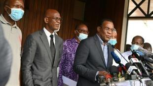 Le porte-parole de l'opposition ivoirienne Pascal Affi N'Guessan (à droite) lors d'une conférence de presse aux côtés de Mamadou Koulibaly (2e à gauche) et Albert Mabri Toikeuse (à gauche), le 1er novembre 2020 à Abidjan.