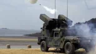 Una unidad de artillería Stinger del Ejército de EE. UU. dispara un misil tierra-aire sobre el Mar Amarillo, el 8 de marzo de 2000, durante un ejercicio de fuego real realizado por las fuerzas estadounidenses en Taechon, en la costa oeste de Corea del Sur.