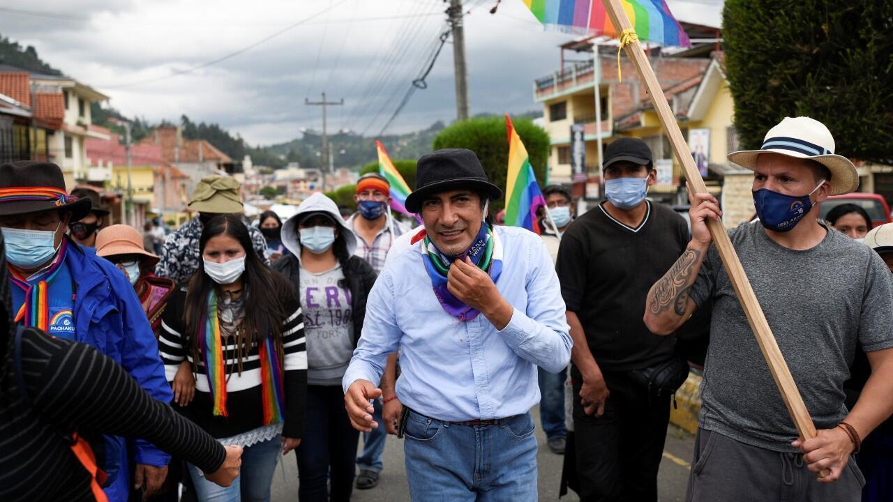 El candidato presidencial por el movimiento Pachakutik, Yaku Pérez, camina en medio de quienes respaldan su propuesta para un recuento de votos el 19 de febrero en Biblian, Ecuador.