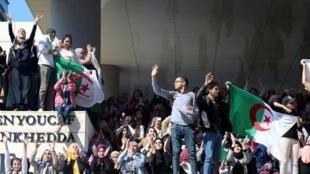 مظاهرة مناهضة لترشح بوتفليقة لولاية خامسة في إحدى جامعات الجزائر، 3 مارس/آذار 2019.