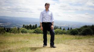 Arnaud Montebourg sur les hauteurs du mont Beuvray, en Bourgogne-Franche-Comté, le 16 mai 2016.