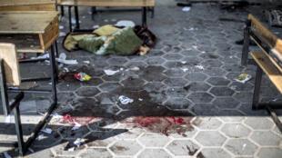 Des traces de sang étaient visibles dans une cour de l'école où l'obus est tombé